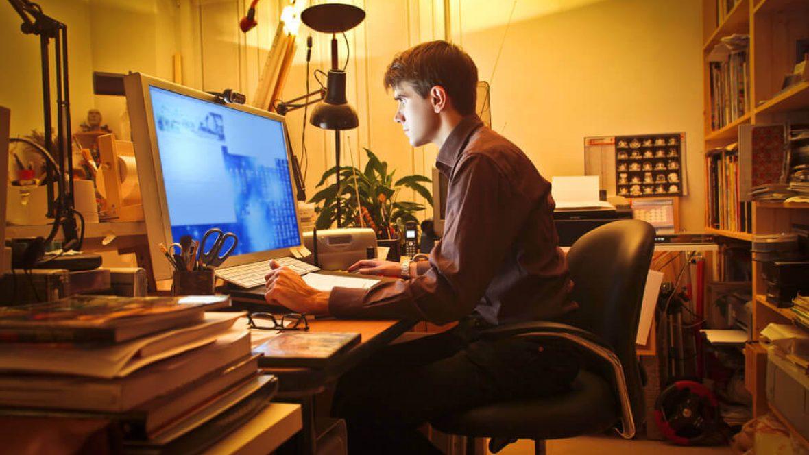 Homem olhando a tela do computador