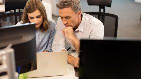Homem e mulher olhando para a tela de um computador