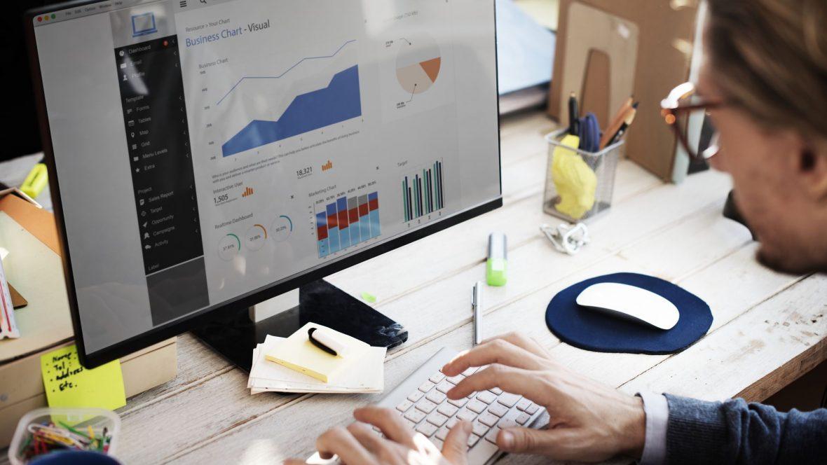 Pessoa usando computador e analisando gráficos
