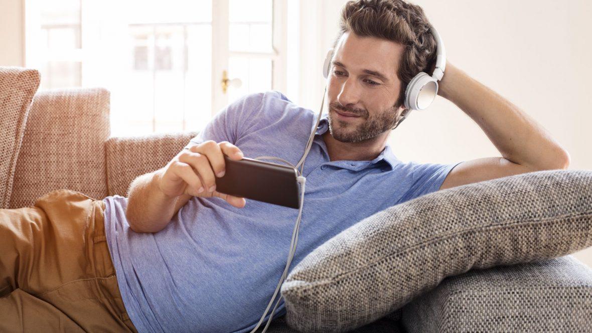 Homem assistindo filme pelo celular